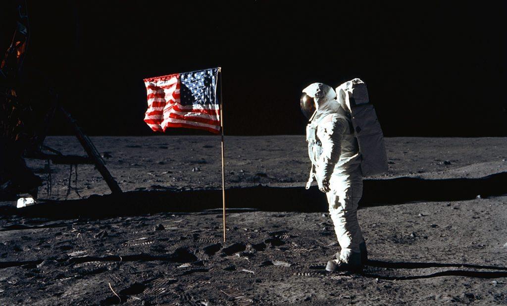 Bandiera USA sulla Luna