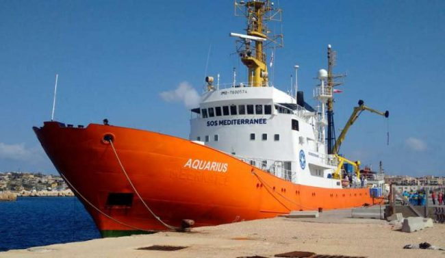 Migranti, Salvini blocca nave Ong Aquarius