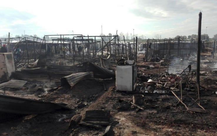 I resti dopo l'incendio della baraccopoli dei migranti di san ferdinando