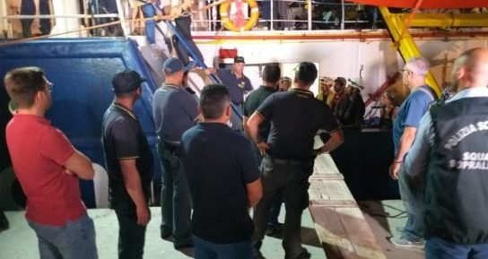 La Sea Watch attracca al porto di Lampedusa. La capitana arrestata