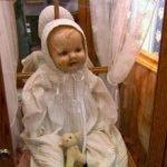 La bambola maledetta Mandy al Quesnel Museum